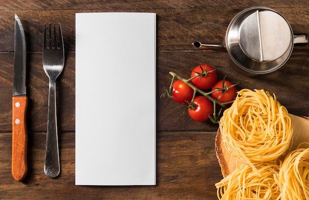 Vista superior de arranjo de alimentos e utensílios de mesa