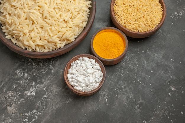 Vista superior de arroz cozido simples com diferentes especiarias