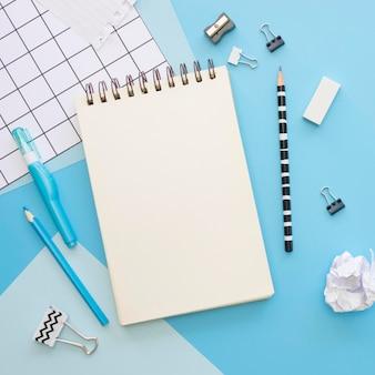 Vista superior de artigos de papelaria de escritório com apontador de caderno e lápis