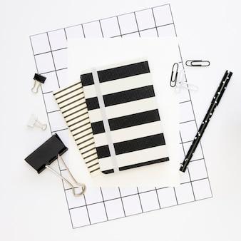 Vista superior de artigos de papelaria de escritório com bloco de notas e clipes de papel