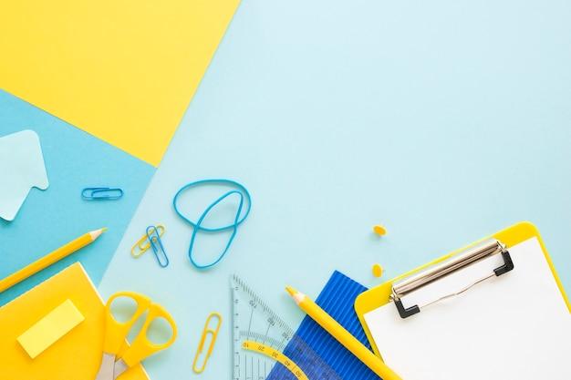 Vista superior de artigos de papelaria de escritório com bloco de notas e faixas elásticas