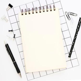 Vista superior de artigos de papelaria de escritório com caderno e canetas
