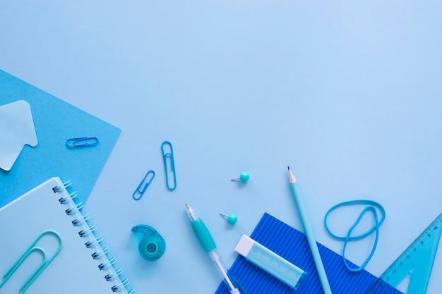 Vista superior de artigos de papelaria de escritório com caderno e lápis