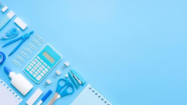 Vista superior de artigos de papelaria de escritório com calculadora e bússola