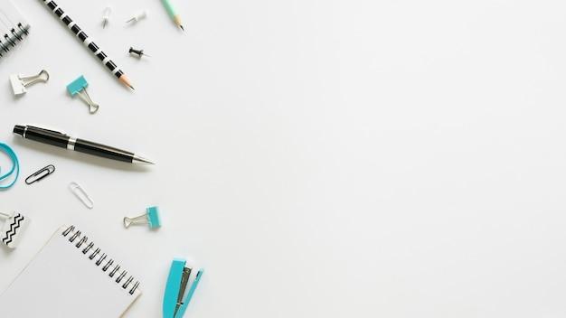 Vista superior de artigos de papelaria de escritório com caneta e caderno