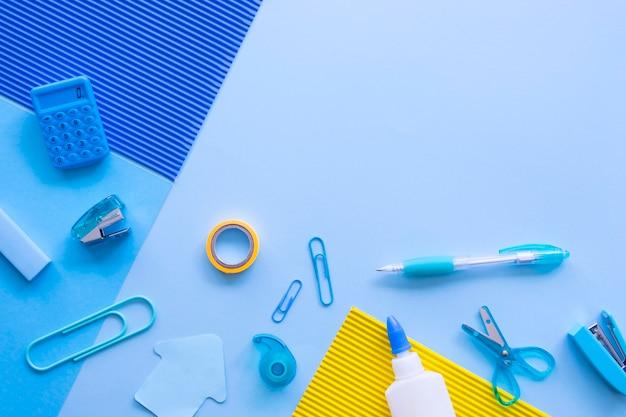 Vista superior de artigos de papelaria de escritório com clipes de papel e calculadora