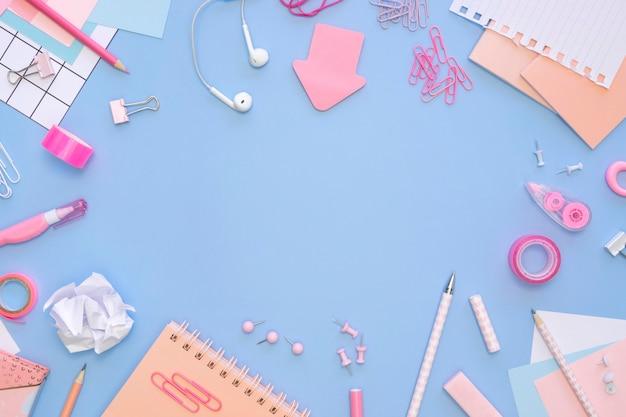 Vista superior de artigos de papelaria de escritório com fones de ouvido e notebooks