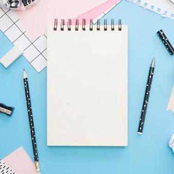 Vista superior de artigos de papelaria de escritório com lápis e caneta