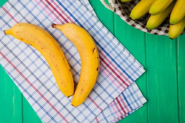 Vista superior de bananas maduras frescas na madeira verde