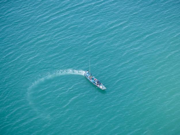Vista superior de barcos de pesca bonitos no mar e na água clara.