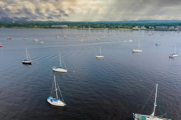 Vista superior de barcos e iates na marina vista do veleiro de cima
