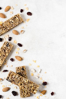 Vista superior de barras de cereal com espaço de cópia