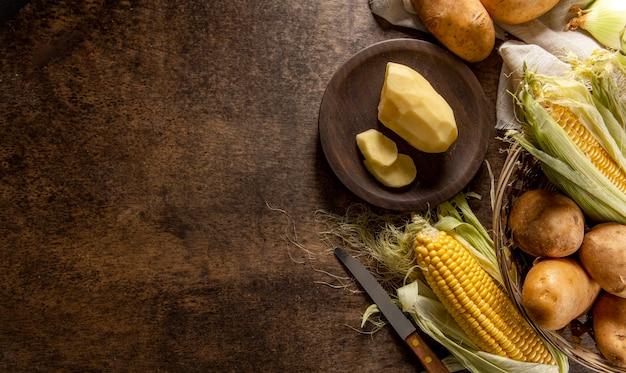 Vista superior de batatas com espaço para milho e cópia