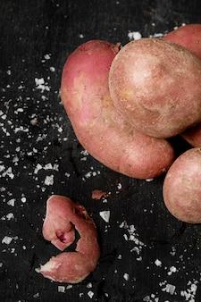 Vista superior de batatas com sal