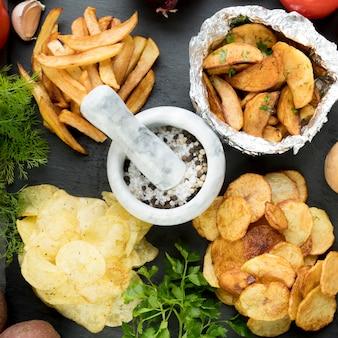 Vista superior de batatas cozidas de maneiras diferentes
