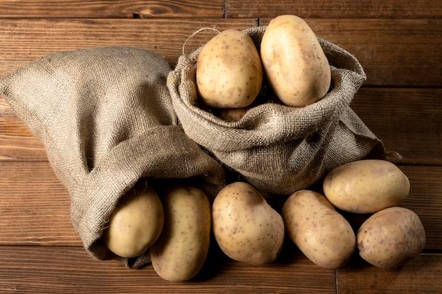 Vista superior de batatas em saco de aniagem