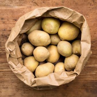 Vista superior de batatas em saco de papel