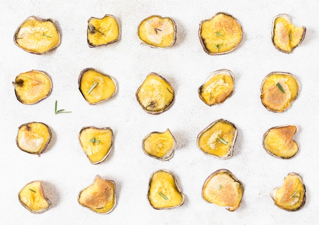 Vista superior de batatas fritas com alecrim