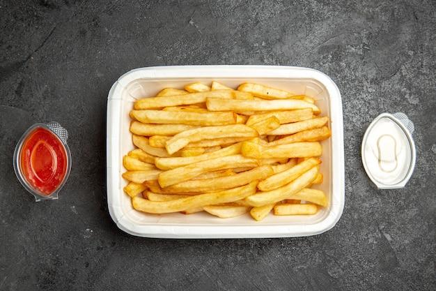 Vista superior de batatas fritas com delicioso ketchup