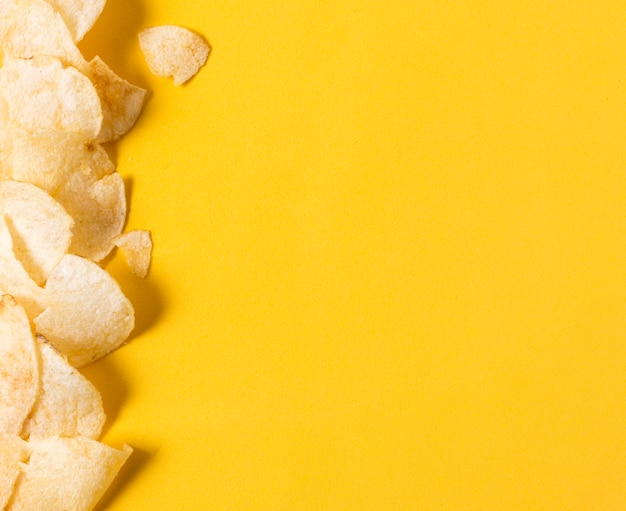Vista superior de batatas fritas com espaço de cópia