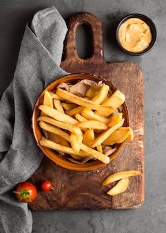 Vista superior de batatas fritas com mostarda