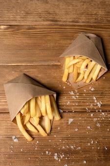 Vista superior de batatas fritas com sal