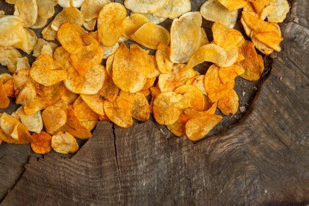 Vista superior de batatas fritas em uma madeira