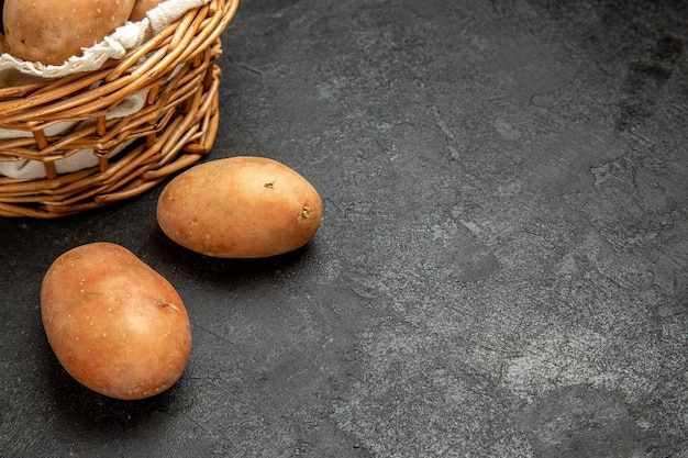 Vista superior de batatas não cozidas para preparação de qualquer refeição