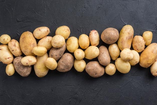 Vista superior de batatas naturais