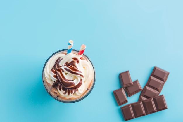 Vista superior de batido de chocolate
