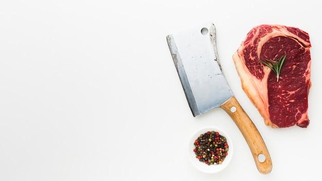 Vista superior de bife fresco com pimenta pronta para ser cozinhada