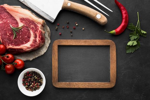 Vista superior de bife fresco na mesa pronta para ser cozido