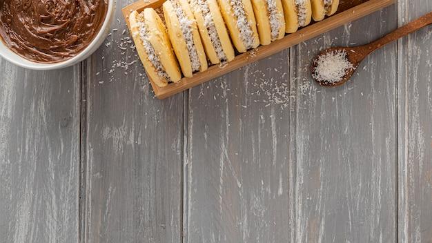 Vista superior de biscoitos alfajores com espaço de cópia