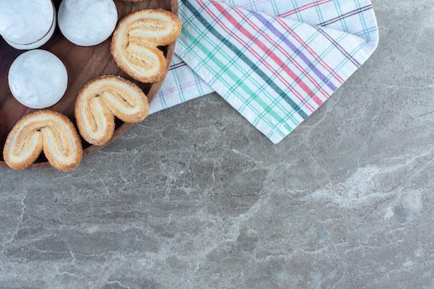 Vista superior de biscoitos caseiros na placa de madeira.