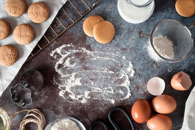 Vista superior de biscoitos com farinha e ovos