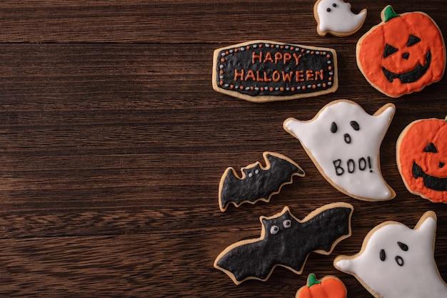 Vista superior de biscoitos de açúcar de confeiteiro de gengibre de confeiteiro de halloween com decoração festiva com espaço de cópia e layout plano leigo