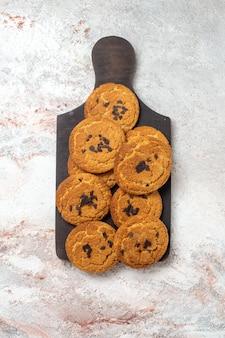 Vista superior de biscoitos de areia deliciosos, doces perfeitos para chá na superfície branca