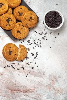Vista superior de biscoitos de areia deliciosos, doces perfeitos para o chá na superfície branca clara