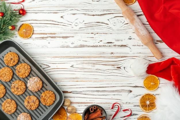 Vista superior de biscoitos de aveia na assadeira na mesa de madeira