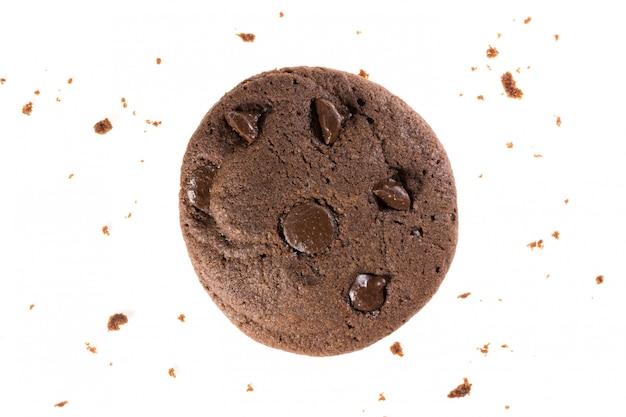 Vista superior de biscoitos de chocolate com batatas fritas isoladas em branco, plano leigos de sobremesa e doce