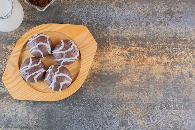 Vista superior de biscoitos de chocolate em uma placa de madeira