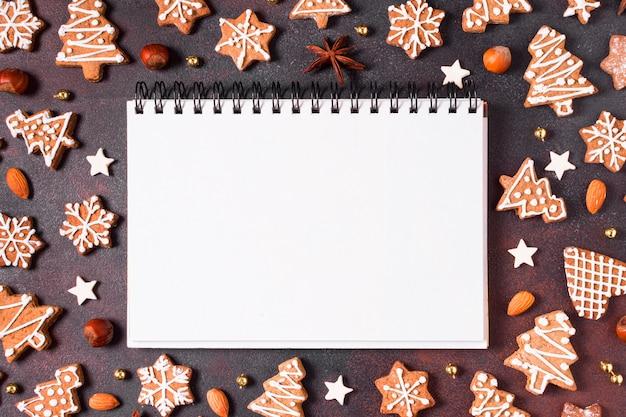 Vista superior de biscoitos de gengibre com anis estrelado e caderno