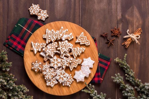 Vista superior de biscoitos de gengibre com anis estrelado e paus de canela
