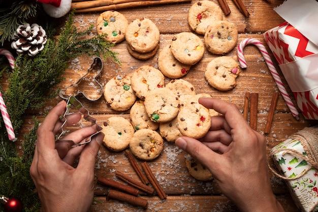 Vista superior de biscoitos de natal com canela