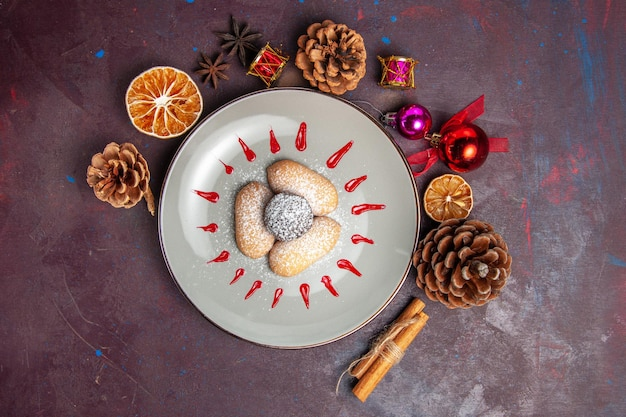 Vista superior de biscoitos deliciosos, doces de açúcar em pó no preto