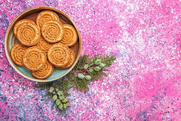 Vista superior de biscoitos doces na superfície rosa claro