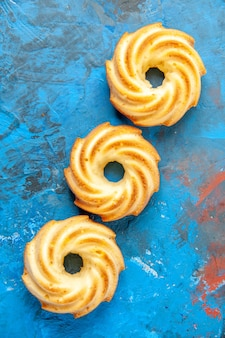 Vista superior de biscoitos em linha diagonal na superfície azul