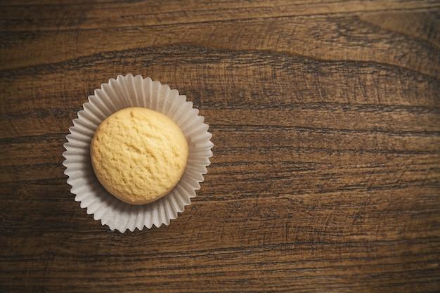 Vista superior de biscoitos empilhados em uma mesa de madeira