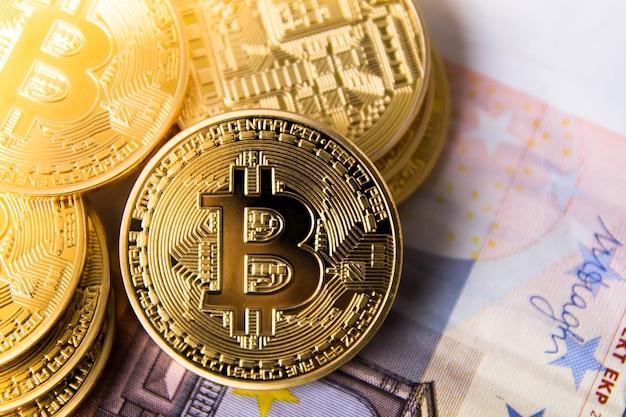 Vista superior de bitcoins sobre a nota de euro