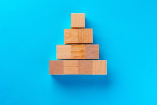 Vista superior de blocos de brinquedo de madeira em fundo azul